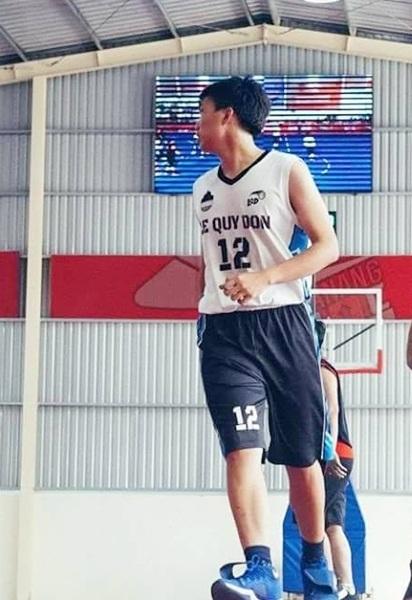 Minh Huy là thành viên của cả hai đội bóng rổ và bóng đá của THPT chuyên Lê Quý Đôn, Đà Nẵng