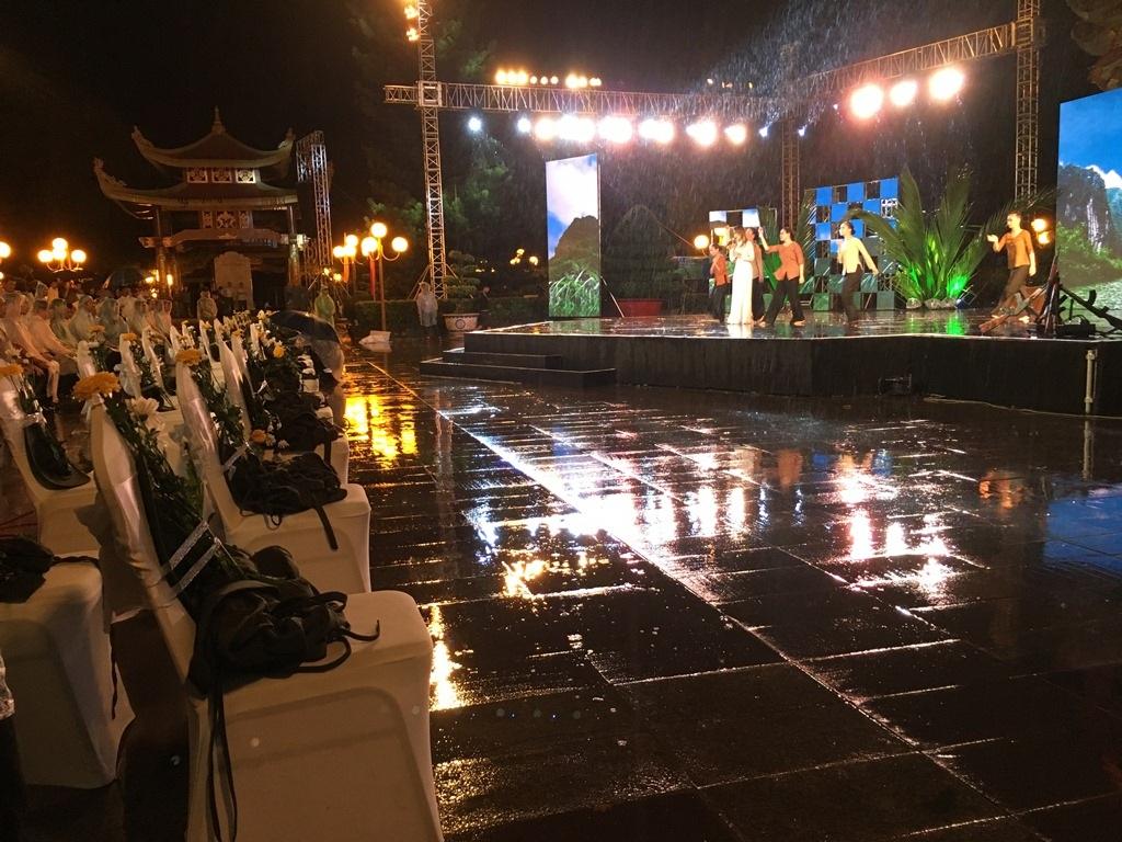 Cơn mưa nặng hạt không làm chùng lòng những người thực hiện chương trình tại điểm cầu TPHCM.