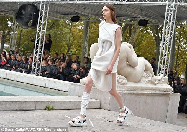 Nhà thiết kế 55 tuổi vốn được biết tới trong giới thời trang với những thiết kế kỳ quái. Có lần, ông để người mẫu bước trên sàn catwalk trong những chiếc túi ngủ.