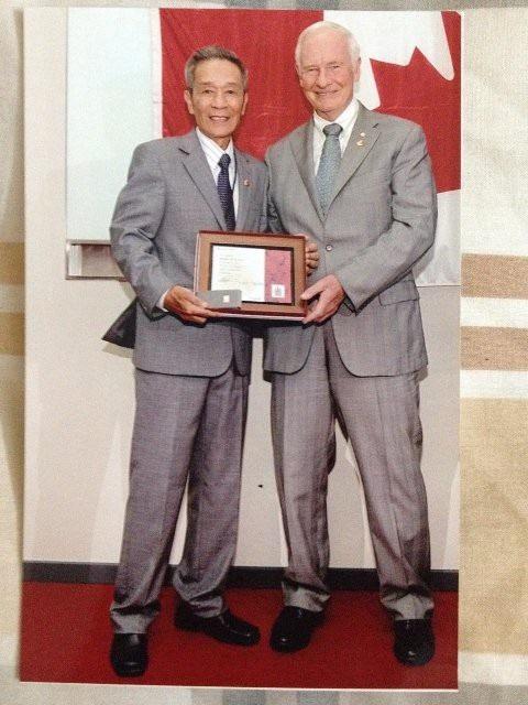 Nhà toàn quyền G.G David Johnston trao bằng khen tuyên dương 15 năm cống hiến của ông Nguyễn Công Hiệp cho Chính phủ Canada