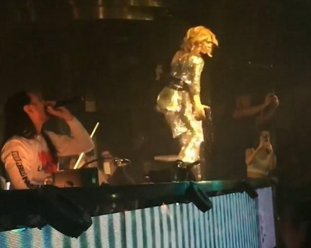 """Celine Dion đã làm mới """"My Heart Will Go On"""" theo một cách đầy bất ngờ với bản remix theo phong cách nhạc nhảy điện tử EDM do DJ Steve Aoki thực hiện."""
