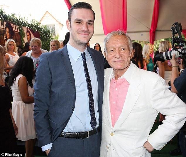 Hefner bên con trai út Cooper (hiện 26 tuổi).
