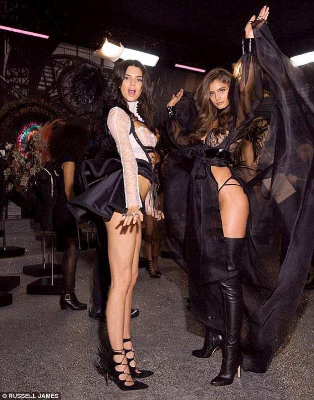 Hai người mẫu Kendall Jenner và Sara Sampaio ở hậu trường show diễn năm 2016 tổ chức ở Paris, Pháp.