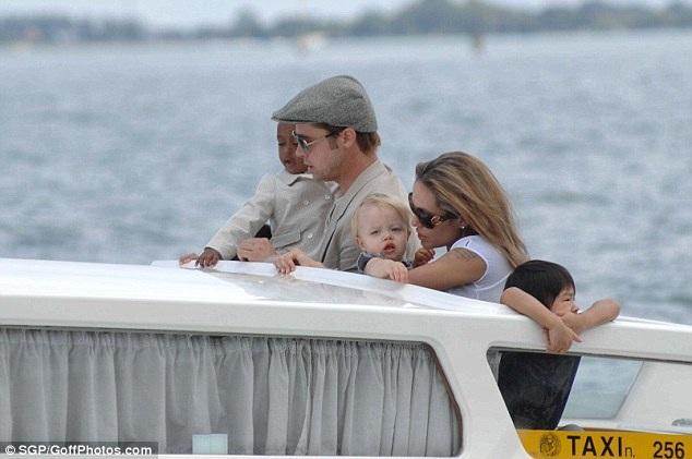 Brad Pitt và Angelina Jolie thuở còn hạnh phúc mặn nồng, cặp đôi đưa các con đi du ngoạn Venice (Ý) hồi năm 2007, với bé Zahara (trái), Shiloh (giữa) và Maddox (phải).