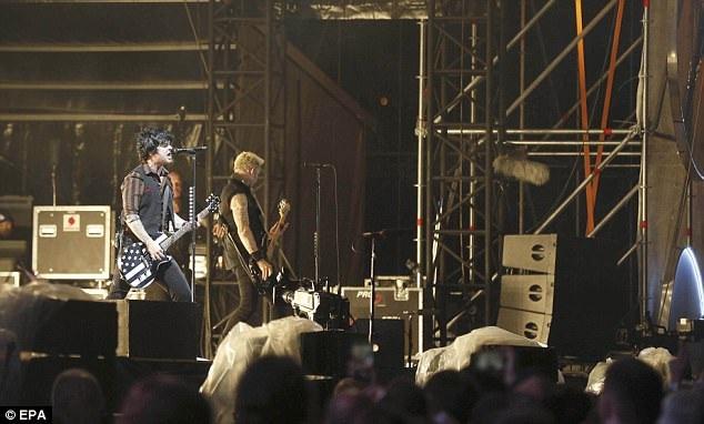 Nhóm nhạc Green Day biểu diễn ngay sau khi nghệ sĩ xiếc Monroy gặp nạn, điều này đã khiến nhóm gặp phải một số chỉ trích, dù vậy, đại diện của nhóm cho biết trước khi họ bước lên sân khấu, không có ai thông báo cho nhóm biết về vụ việc, chỉ đến khi họ kết thúc tiết mục, trở về sau cánh gà, họ mới được biết.