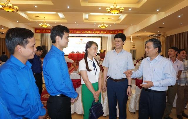 Thứ trưởng Bộ Nội vụ Nguyễn Trọng Thừa (bìa phải) và Phó Chủ tịch UBND tỉnh Nghệ An Lê Xuân Đại trò chuyện với các đội viên Dự án 600 Phó Chủ tịch UBND xã bên lề hội nghị