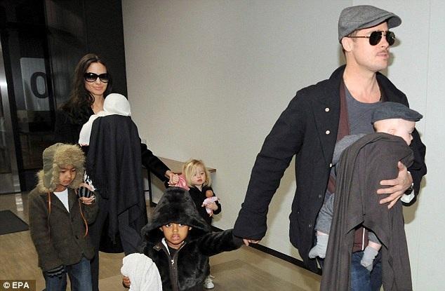 Giờ đây, cặp đôi vàng của Hollywood đã đường ai nấy đi, những tháng trở lại đây, họ quyết định giữ thông tin về tiến trình cuộc ly hôn trong vòng bí mật. Bức ảnh được chụp hồi năm 2009 khi gia đình Jolie-Pitt xuất hiện tại sân bay quốc tế ở Tokyo, Nhật Bản.