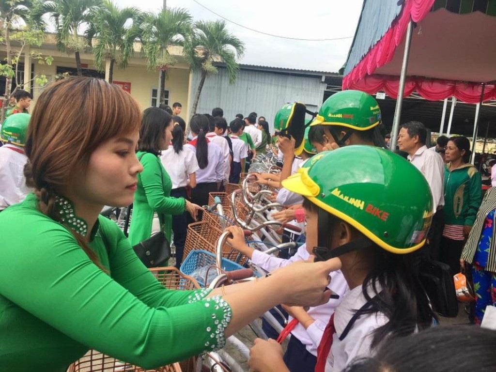 Phó Thủ tướng Trương Hòa Bình tặng hàng trăm phần quà cho người dân Long An - Ảnh 2.