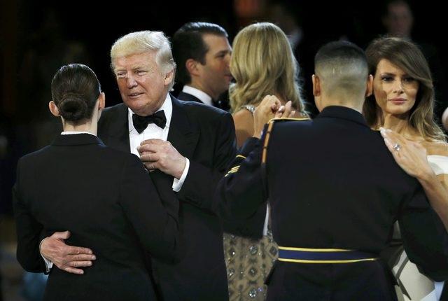 Tổng thống Trump và Đệ nhất phu nhân Melania đổi bạn nhảy là những quân nhân. (Ảnh: Reuters)