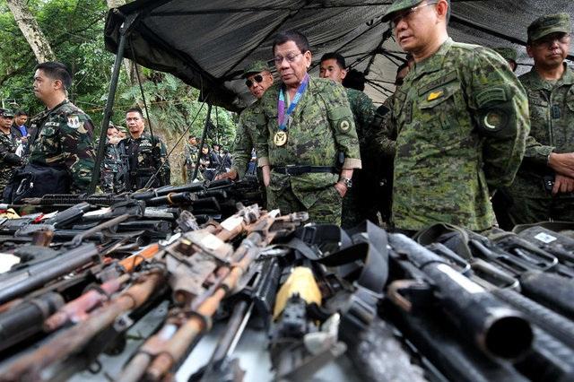 Tổng thống Duterte đích thân tới thị sát khu vực chiến sự tại Marawi (Ảnh: Reuters)