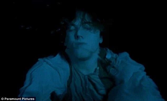 Khi rơi vào cảnh sinh tử, Jack với bản tính kiên cường, mạnh mẽ chắc chắn sẽ cố gắng xoay xở theo nhiều cách để không chỉ Rose sống sót, mà bản thân anh cũng sống sót với người mình yêu.