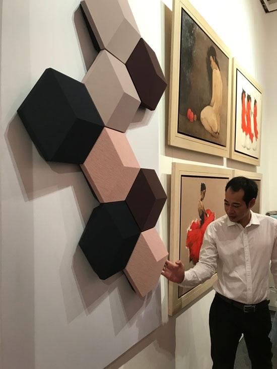 Như một bức tường nhạc sống đích thực với âm thanh mê hoặc, BeoSound Shape được nhà sản xuất mô tả như một thiết bị điều chỉnh tâm trạng hoàn hảo.