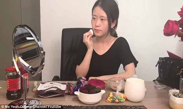 Ms. Yeah sử dụng kẹo dẻo làm bông phấn. Lấy bột gạo làm… phấn phủ.