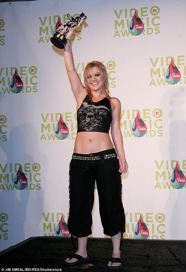 Kelly Clarkson trong một bức ảnh chụp hồi năm 2005. Cô vừa chia sẻ với tạp chí Attitude rằng bản thân từng có ý định tự tử khi phải giảm cân ở thời điểm khởi đầu sự nghiệp ca hát.