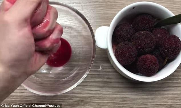 Sử dụng nước ép trái dương mai để làm hồng má.