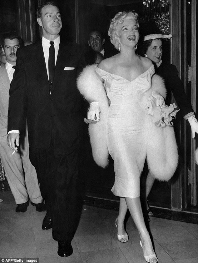 """Marilyn rời xa Los Angeles trong vài năm, với hy vọng sẽ có thể lãng quên cuộc hôn nhân đổ vỡ với cầu thủ bóng chày Joe DiMaggio (ảnh), đồng thời, cô cũng muốn tìm cách thoát ra khỏi hình ảnh """"biểu tượng sex"""" đã được định hình cho mình."""
