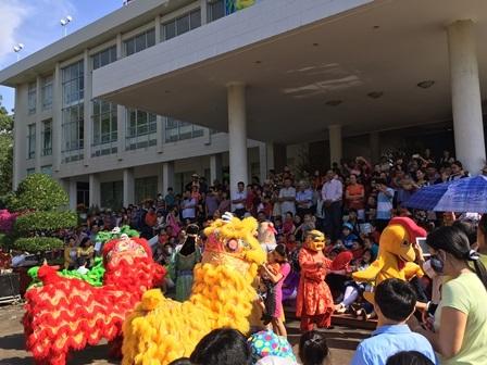 Rất đông người xem múa lân ngày đầu năm mới tại UBND TP Cần Thơ