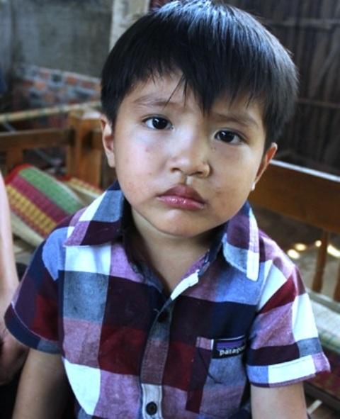 Bé Linh Đan chưa đến 3 tuổi đã mất mẹ nên thường xuyên quấy khóc