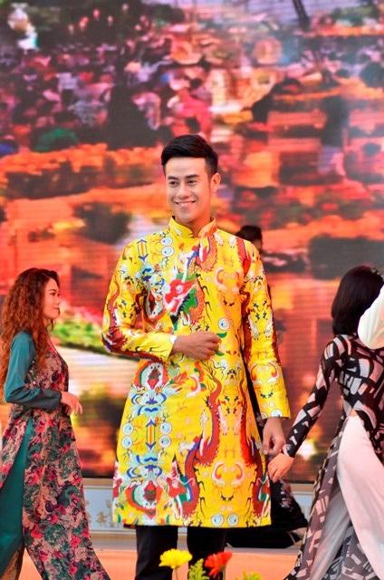 Chiếc ào dài dù cách tân thế nào thì cũng phải giữ nét truyền thống của dân tộc Việt Nam.