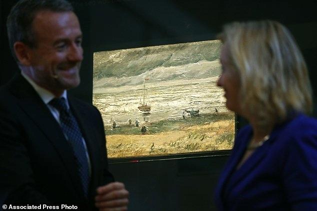Giám đốc bảo tàng Van Gogh - ông Axel Rueger (trái) và bà Jet Bussemaker - Bộ trưởng Giáo dục, Văn hóa và Khoa học Hà Lan, cùng xuất hiện tại sự kiện trả tranh.