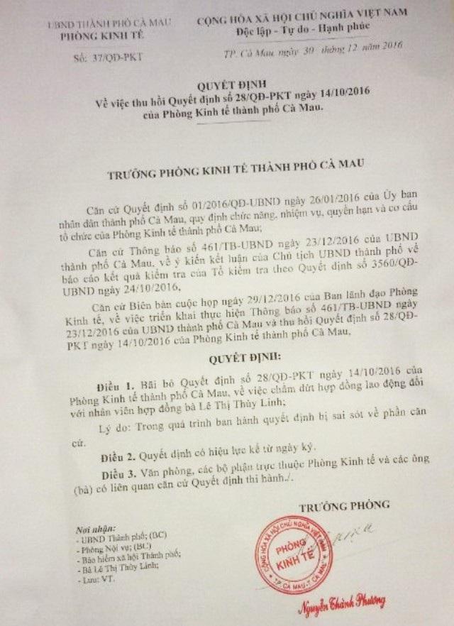 """Sau khi TAND TP Cà Mau có thông báo thụ lý đơn khởi kiện của bà Lê Thị Thùy Linh, thì ngày 30/12/2016, Trưởng Phòng Kinh tế - Hạ tầng TP Cà Mau bất ngờ ra quyết định thu hồi quyết định cho nghỉ việc đối với bà. Tuy nhiên, sau khi được nhận lại, bà Linh chỉ được phân công nhiệm vụ """"ngồi chơi xơi nước""""."""