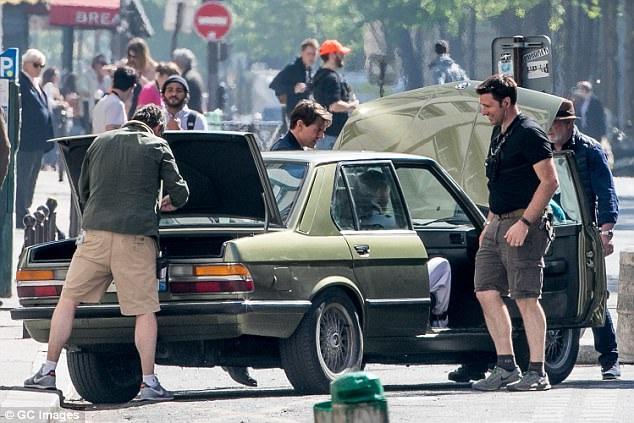Một chút trục trặc xảy ra với chiếc xe hơi đời cũ sau khi thực hiện cảnh phim rượt đuổi, ê-kíp kỹ thuật chạy lại sửa chữa nhanh.