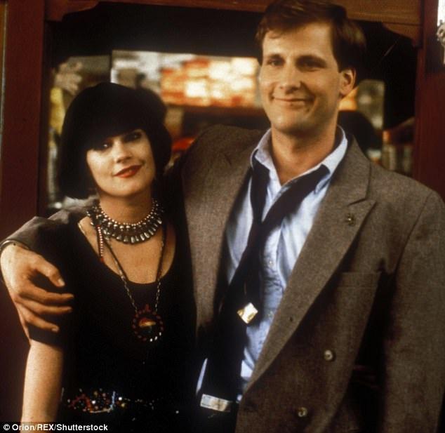 """Thập niên 1980 là thời điểm hoàng kim của những phim hài nhẹ nhàng, dễ xem. Demme đã hòa vào dòng chảy của thị trường với """"Something Wild"""" (1986)."""