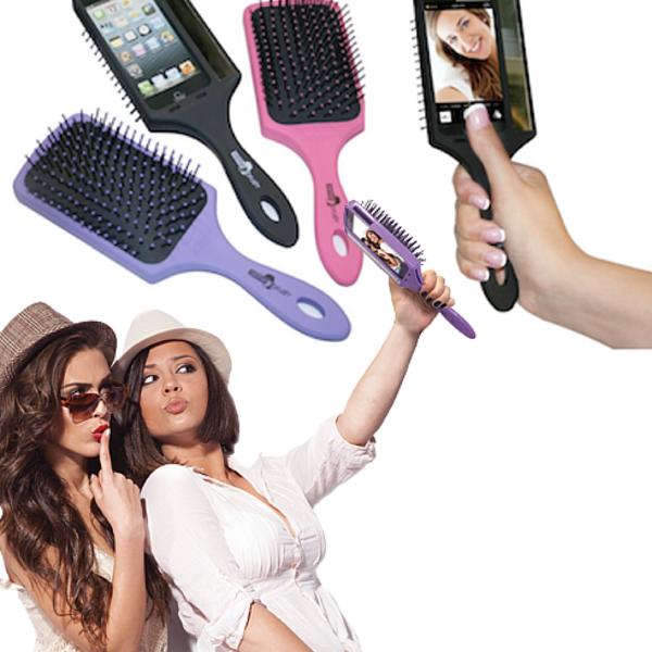 Còn gì tiện lợi hơn với các nàng khi vừa kết hợp iPhone, gậy tự sướng, và chiếc lược chải tóc đầy sặc sỡ.