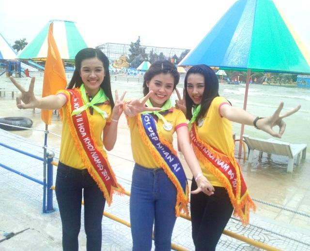 3 người đẹp tự thưởng cho mình những phút giây xì-tin tại Khu bãi tắm nhân tạo lớn nhất ĐBSCL ở xứ Công tử Bạc Liêu.