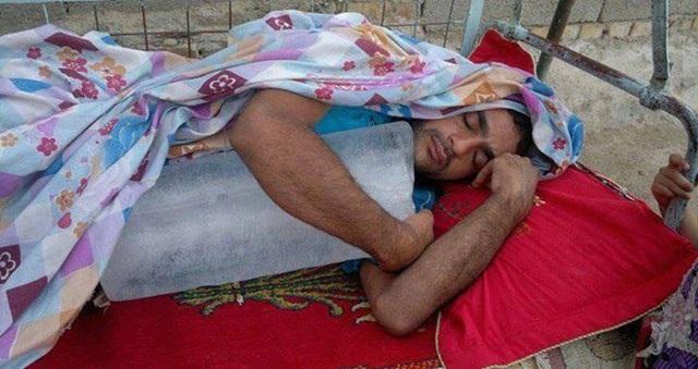 Nắng nóng thế này chỉ có ôm cục đá ngủ là mát nhất.