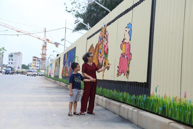 Bức tranh lớn này gồm 40 bức tranh nhỏ được thực hiện bởi 20 họa sĩ và hoàn thiện trong 1 tuần với 4 chủ đề là: Truyện cổ tích Việt Nam, Tết Trung thu, tranh Đông Hồ, phong cảnh Việt Nam… Qua 40 bức tranh nhỏ, các tác giả đã cho người xem thấy được những hình ảnh chân thực nhất về không khí Tết Trung thu cổ truyền và lịch sử của dân tộc Việt Nam.