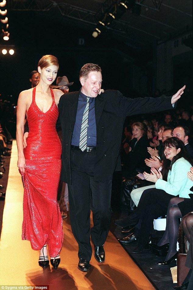Nhà thiết kế Hervé Léger xuất hiện trong một show trình diễn thiết kế của riêng mình hồi năm 1998.