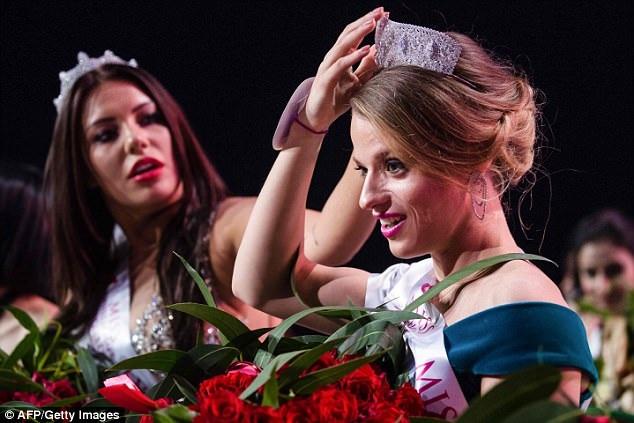 """Á hậu 2 giúp Hoa hậu chỉnh lại vương miện trên mái tóc. Đối với họ, khi đã đến với cuộc thi, tất cả đều là người chiến thắng, và tất cả đều trong tinh thần """"dự hội""""."""