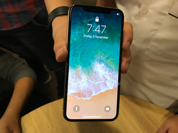 Cận cảnh iPhone X đầu tiên có mặt tại Hà Nội.