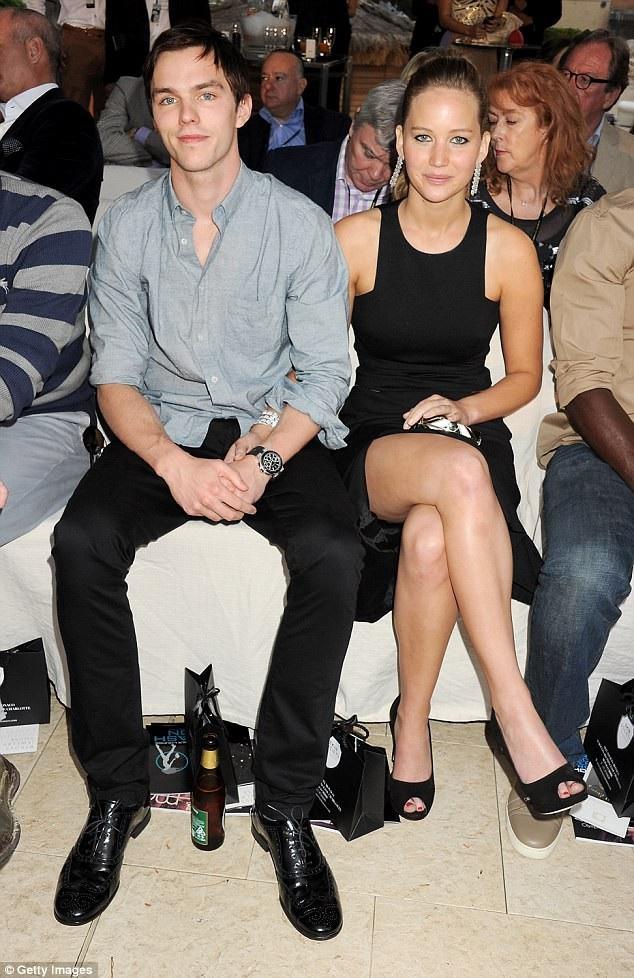 Jennifer từng hẹn hò với bạn diễn trong phim Dị Nhân Nicholas Hoult từ năm 2010 - 2014