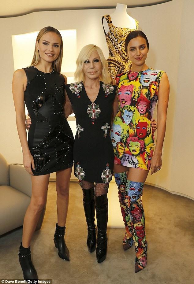 Irina chụp hình với NTK Donatella Versace và đồng nghiệp Natasha Poly