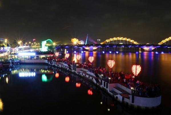 Cầu Tình yêu phía đông cầu Rồng