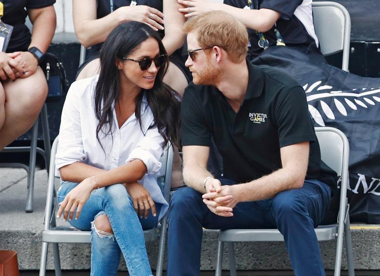 Cặp đôi vui vẻ trò chuyện và theo dõi trận đấu.