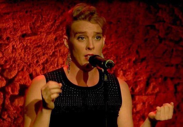 Nữ ca sĩ người Pháp Barbara Weldens (35 tuổi) đang hát tại lễ hội âm nhạc Leo Ferre Festival diễn ra trong một nhà thờ nằm ở ngôi làng Goudron, tỉnh Lot, Pháp, thì bất ngờ ngã gục xuống sàn sân khấu.