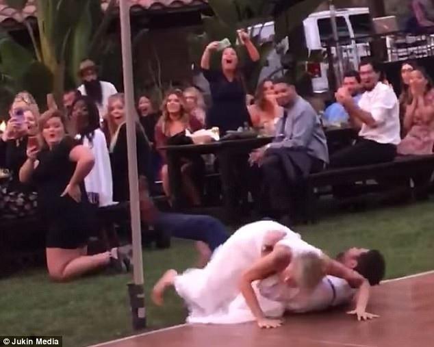 Sau cú nhảy, chú rể bị mất thăng bằng và ngã ra sàn, cô dâu cũng ngã nhào theo. May mắn là cú ngã không khiến họ bị thương tích gì. Khách khứa được phen… hoảng hồn.