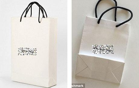 Một thương hiệu thời trang nổi tiếng của Pháp mới đây đã vừa cho ra mắt một mẫu túi xách có giá tương đương hơn 25 triệu đồng (trái), diện mạo rất đơn giản, trông không khác gì một chiếc túi giấy đựng hàng thông thường (phải).