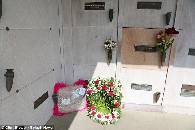 Bốn người con ruột của ông Hefner đã cùng dự lễ tang với người vợ thứ 3 của ông. Ô mộ của ông Hefner (bên trái) nằm sát ngay cạnh ô mộ của Marilyn Monroe. Ông đã mua ô mộ này hồi năm 1992 với giá 75.000 USD.