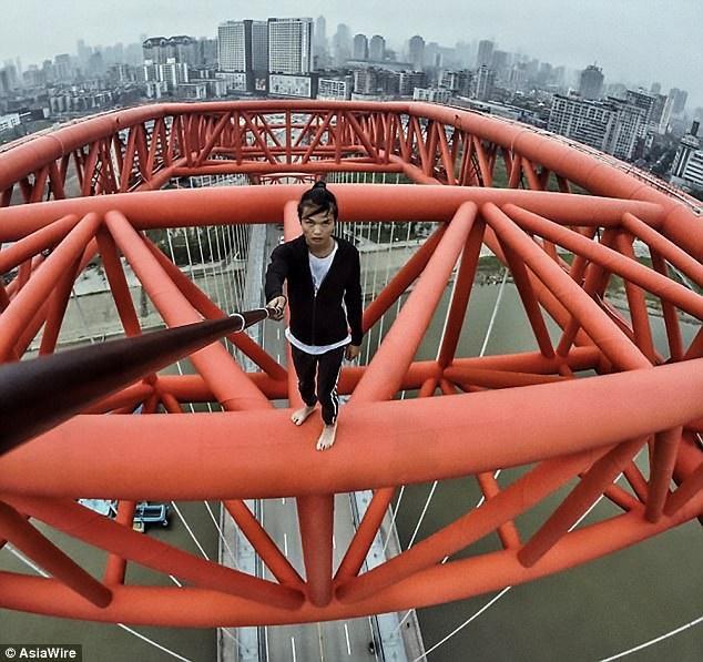 Wu bắt đầu sự nghiệp với vai trò diễn viên phụ, diễn viên quần chúng, sau đó, anh bắt đầu tự mình thực hiện những đoạn video clip mạo hiểm được lan truyền trên mạng xã hội Trung Quốc.