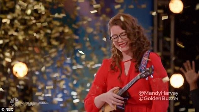 Mandy ngập tràn cảm xúc khi giám khảo Simon bấm nút vàng đưa cô vào thẳng vòng liveshow.