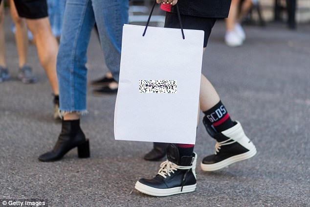 Hiện tại, mẫu túi xách này đã cháy hàng, do các tín đồ thời trang đã lùng mua ráo riết sau khi loạt túi ra mắt thị trường. Thoạt nhìn, trông chiếc túi không khác gì một túi giấy đựng đồ, nhưng kỳ thực nó là một chiếc túi da đắt tiền.