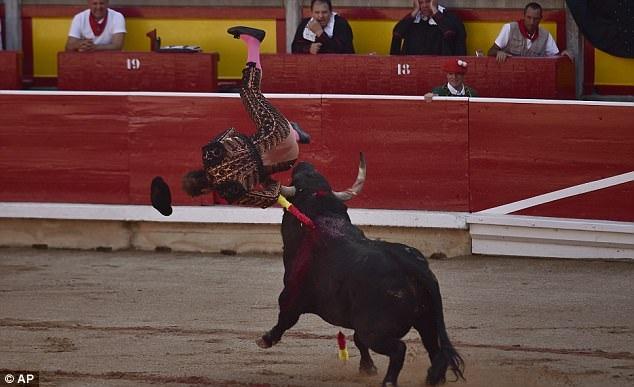 Sau cú húc này, người hỗ trợ đấu bò đã phải đi cấp cứu.