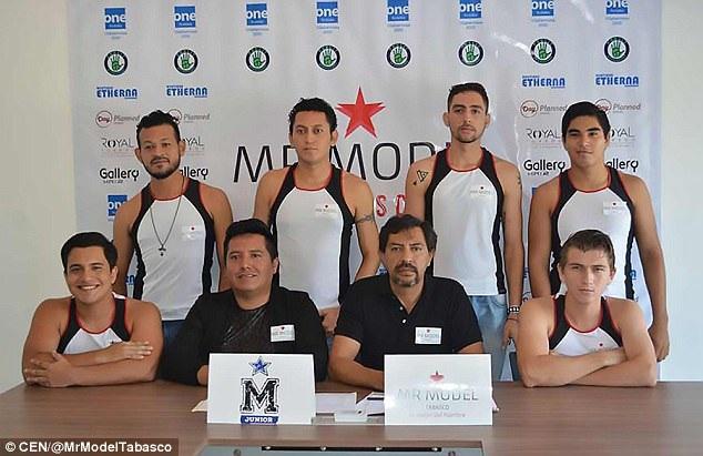"""6 thí sinh đăng ký tham gia """"Mr Tobasco"""" chụp hình bên đại diện ban tổ chức."""