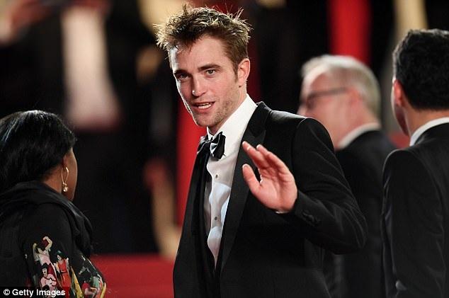 """Robert Pattinson hiện đang được kỳ vọng nhận đề cử tại giải Oscar với vai diễn ấn tượng trong phim """"Good Time"""" - phim dự tranh Cành Cọ Vàng ở LHP Cannes. Bộ phim đã nhận được phản hồi rất tốt từ giới phê bình sau đêm công chiếu thứ 5 vừa qua."""