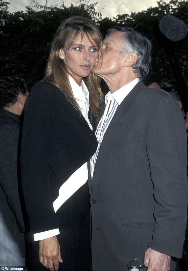 """Đến năm 1989, Hefner kết hôn lần thứ hai với người mẫu Kimberly Conrad và có hai người con trai từ cuộc hôn nhân này. Đến năm 2010, hai người chính thức """"đường ai nấy đi"""". Thực tế, cặp đôi chỉ ở bên nhau 9 năm rồi ly thân, dù vậy, thủ tục ly hôn mãi về sau mới được tiến hành."""