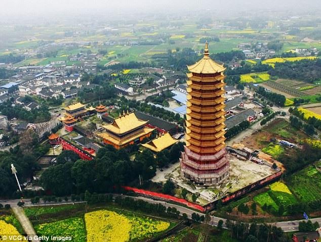 Ngôi chùa này là một phần trong quần thể kiến trúc của thiền viện Cửu Long, nằm ở tỉnh Tứ Xuyên, Trung Quốc. Tòa tháp Lingguan cao 16 tầng vẫn đang trong quá trình hoàn tất khi ngọn lửa dữ dội thiêu rụi công trình.
